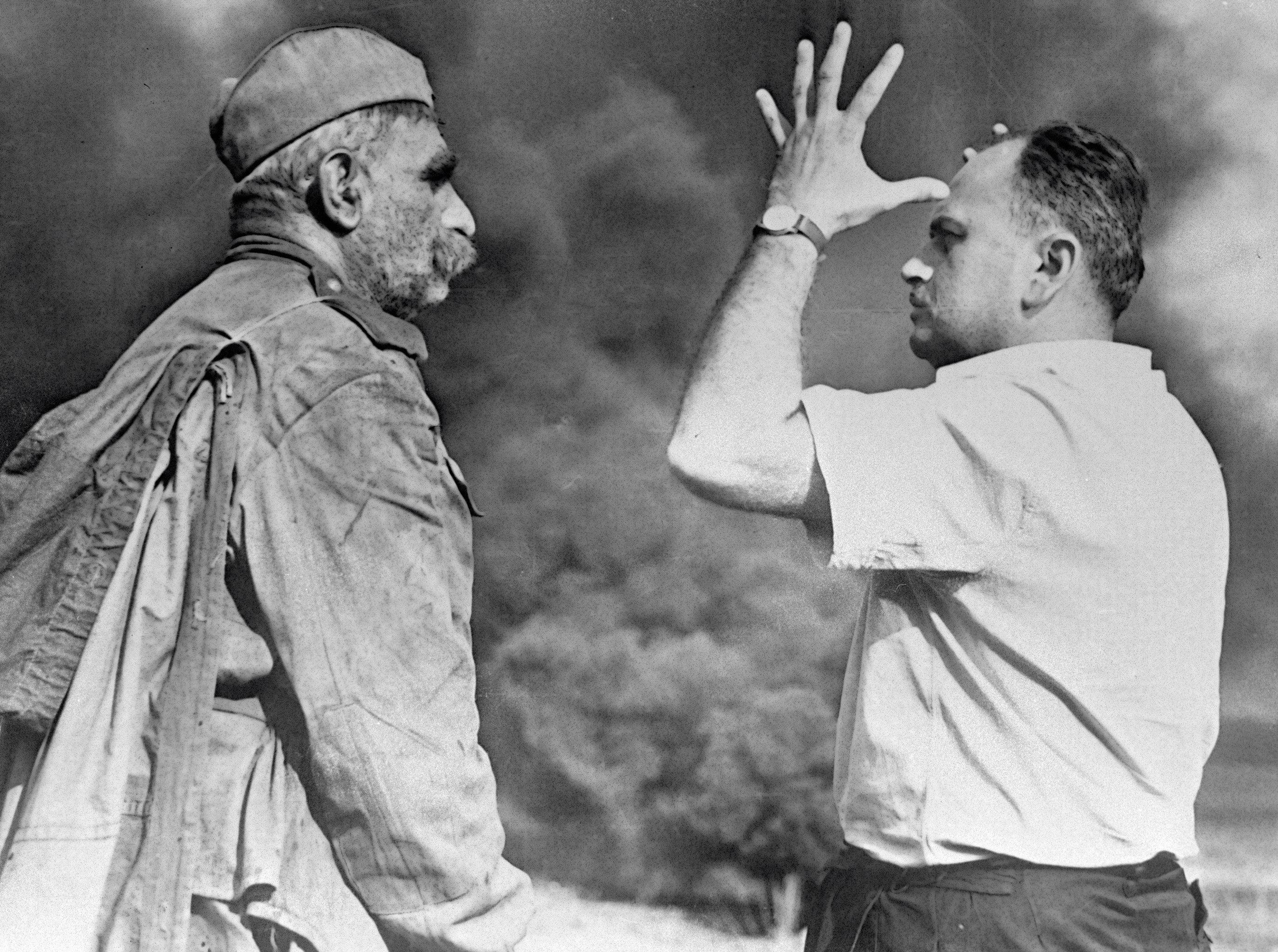 Артист Серго Закариадзе (слева) и режиссер-постановщик Резо Чхеидзе (справа) во время съемок фильма Отец солдата.