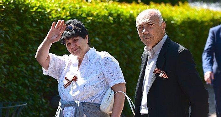 Люди с Георгиевскими ленточками в парке Ваке в День Победы