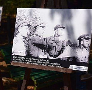 Один из снимков военных лет на выставке фотографий, посвященных участию грузин в Великой Отечественной войне. Парк Ваке, 9 мая