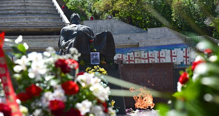 Сотни людей принесли цветы к Могиле Неизвестного солдата в День Победы 9 мая