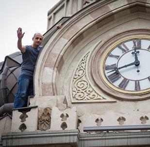Главный часовщик города Василий Акопян