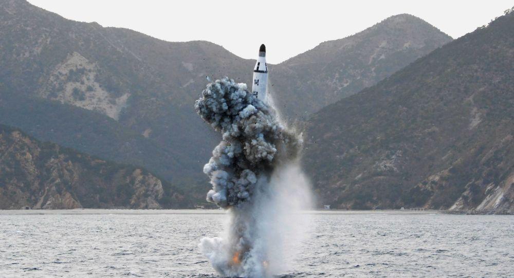 Запуск баллистической ракеты с подводной лодки в КНДР