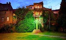 Старый Тбилиси - старые дома на набережной, памятник Иетиму Гурджи