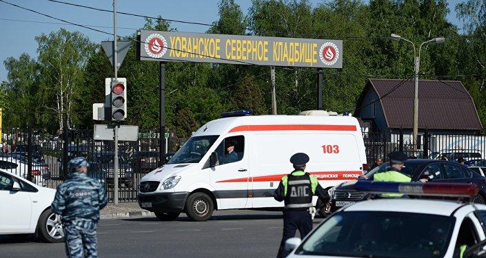 Сотрудники полиции и машина скорой помощи