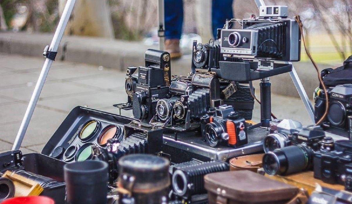 Развал с раритетными фотоаппаратами
