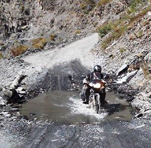 Мотоциклист на горной дороге