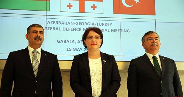 Министры обороны Азербайджана Закир Гасанов ,Грузии Тинатин Хидашели и Турции Исмет Йылмаз