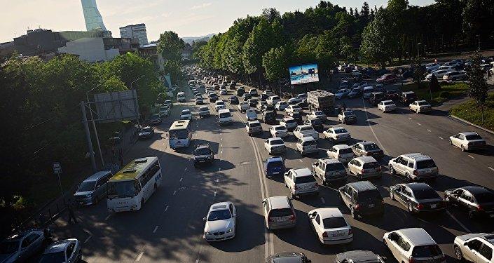 Движение на набережной Тбилиси в час пик