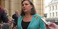 Помощник госсекретаря США Виктория Нуланд общается с журналистами