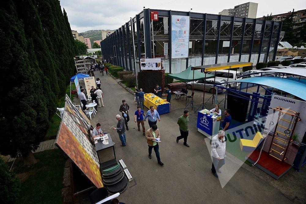 В ходе проведения в Тбилиси строительной выставки - на заднем плане справа самый большой, 11-й павильон выставочного центра Еxpo Georgia.