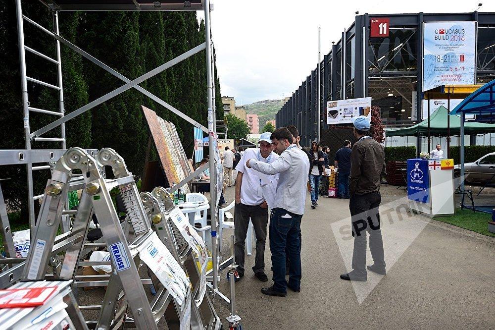 В ходе проведения в Тбилиси строительной выставки - посетители знакомятся с продукцией одной из компаний.