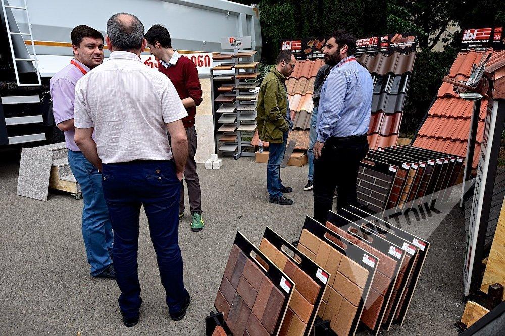 Представители одной из строительных компаний демонстрируют гостям выставки свою продукцию.