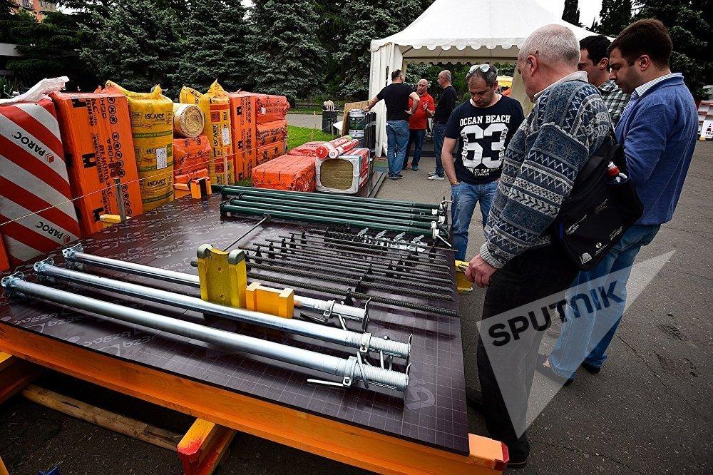 Гости выставки изучают представленные на Caucasus Build стройматериалы.