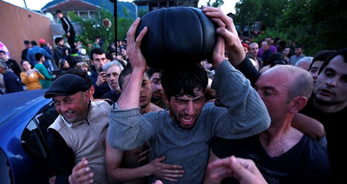 Победители игры в лело с мячом в селе Шухути после матча