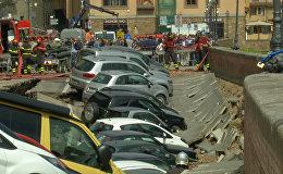 Около 20 машин провалились в яму в центре Флоренции. Видео с места ЧП