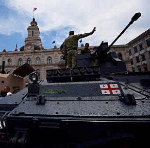 БМП Лазика - грузинская военная техника на площади Свободы в День Независимости страны