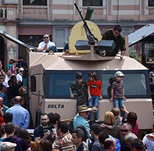 Артиллерийская система GMM-120 - техника военного научного центра Дельта на площади Свободы в День Независимости Грузии
