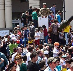 На праздновании Дня Независимости Грузии - народные гулянья на площади Свободы