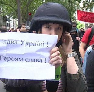 Проукраинские активисты закрывали камеру журналистов RT в Париже