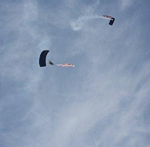 Британские военные парашютисты совершили показательные прыжки в Тбилиси