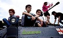 Дети сидят на броне БМП грузинского производства Лазика во время проведения Министерством обороны военной выставки