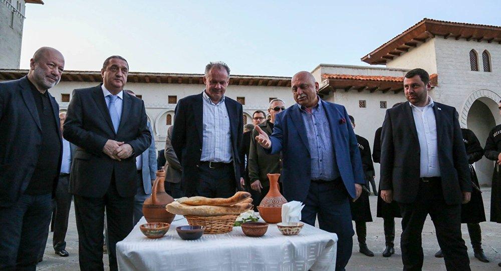 Президент Словакии испек грузинский хлеб