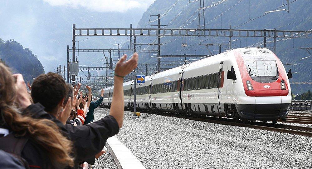 Первый поезд, который пересек самый железнодорожный длинный тоннель в мире