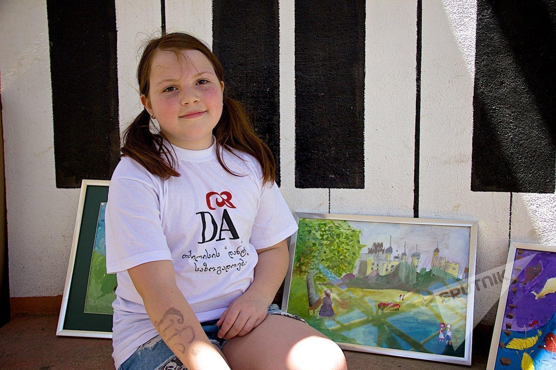 Нини Карчава, учащаяся Школы искусств имени Данте Алигьери на детском празднике в парке Мзиури