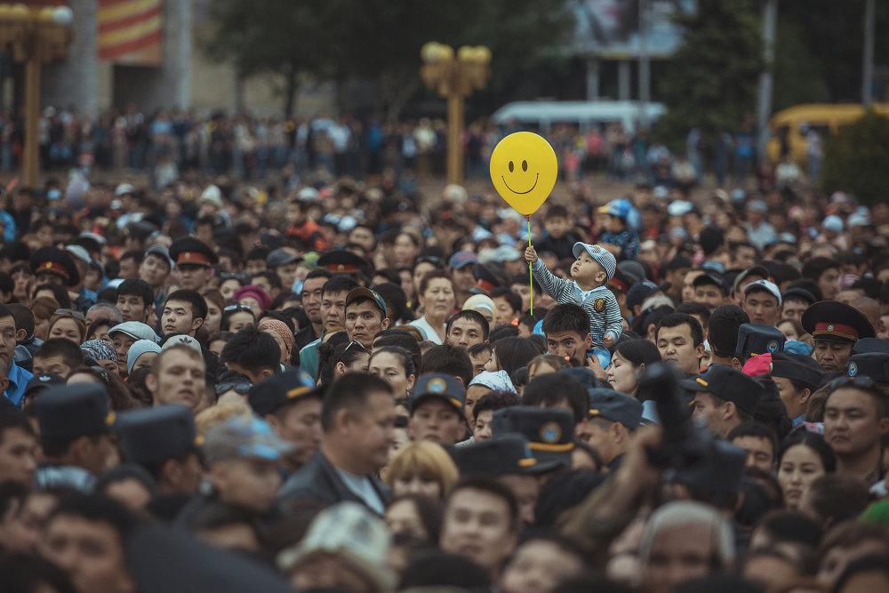 В 2015 году на центральной площади Ала-Тоо в Бишкеке прошел праздничный концерт в честь Дня матери. Эта фотография и заняла третье место на престижном конкурсе