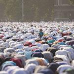 Праздничный Айт намаз в центре Бишкека, 17 июля. Порядка 100 тысяч верующих собрались на Старой площади Бишкека на праздничный намаз в честь окончания священного месяца Рамазан