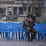 Фотография, заставляющая задуматься о многом. Ветеран войны не скрывает своих слез после торжественного мероприятия в честь Дня Победы