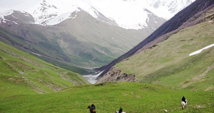 Ингурское ущелье в верховьях реки Ингури, где находится высокогорное село Ушгули в Грузии.