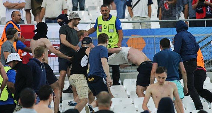 Драка на трибуне болельщиков после матча группового этапа чемпионата Европы по футболу - 2016 между сборными командами Англии и России