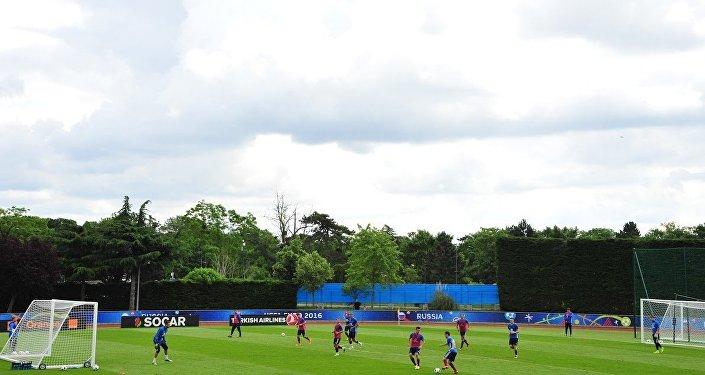 Сборная России по футболу провела показательную тренировку на стадионе «Омниспорт Парк» в пригороде Парижа Круасси-сюр-Сен