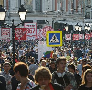 Люди на улице Кузнецкий мост Москвы. Архивное фото