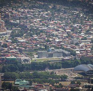 Вид на Тбилиси и президентский дворец с горы Мтацминда