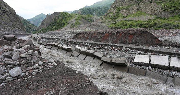 Дарьяльское ущелье, где после схода селя обрушилась дорога