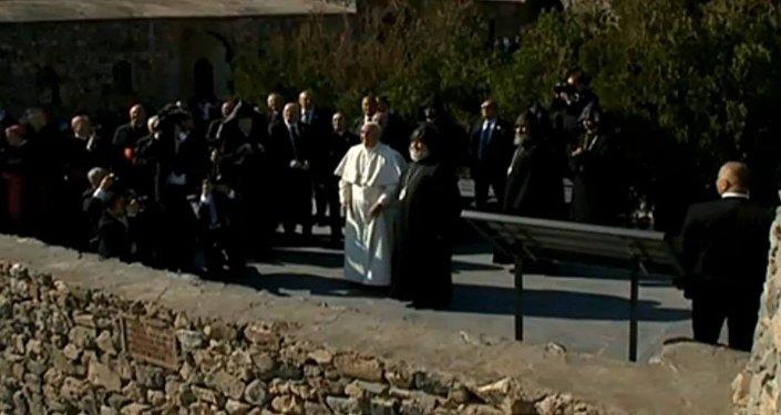 Папа Римский Франциск и Католикос Гарегин II выпустили голубей мира
