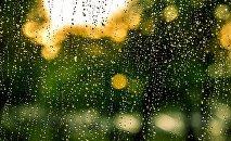 Pəncərə şüşəsindəki yağış damcıları. Arxiv şəkli