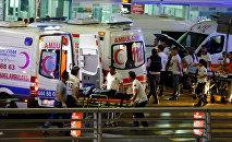 Машины скорой помощи у аэропорта в Стамбуле, где произошли взрывы