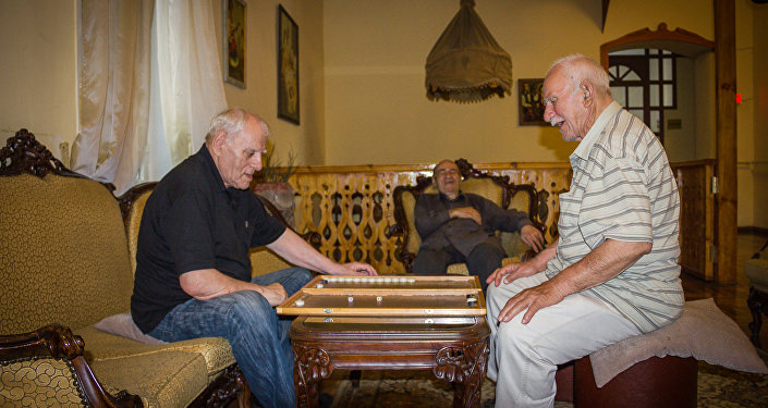 Мужчины играют в нарды