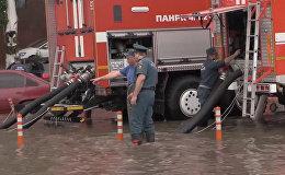 Откачка воды с подтопленных улиц в Ростове-на-Дону. Видео МЧС