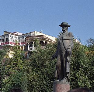 Памятник предпринимателю и ученому Давиду Сараджишвили в Тбилиси
