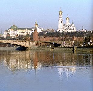 Вид на Московский Кремль и Большой Москворецкий мост