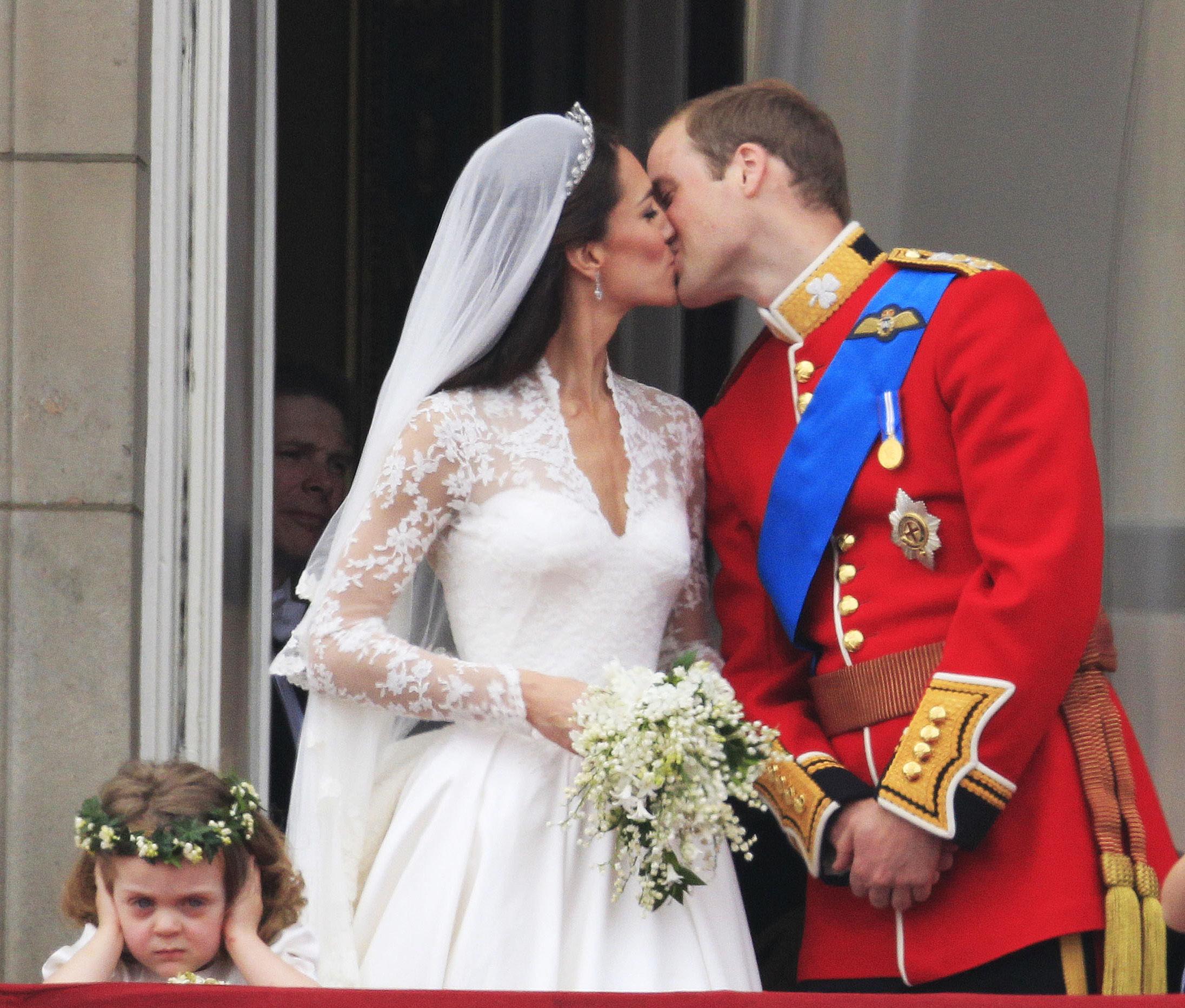 Принц Уильям целует свою жену герцогиню Кембриджскую на балконе Букингемского Дворца
