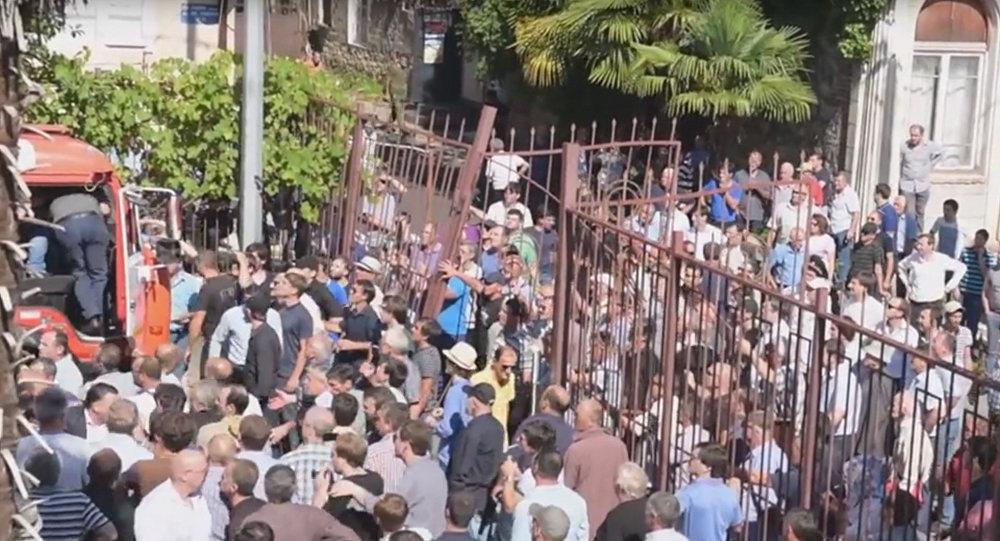 Толпа выломала ворота и ворвалась во двор МВД в Сухуми