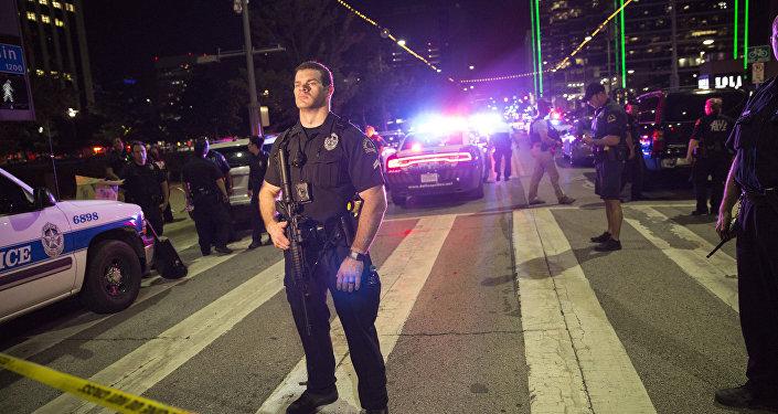 ამერიკელი პოლიციელი დალასში არეულობის დროს