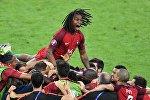 Игроки сборной Португалии радуются забитому мячу в финальном матче чемпионата Европы по футболу - 2016 между сборными командами Португалии и Франции. Вверху - игрок сборной Португалии Ренату Саншеш.