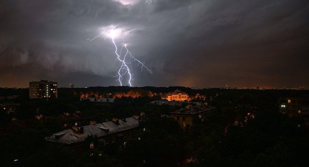 Ливень и штормовой ветер в Москве