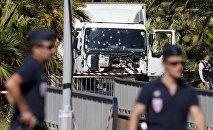 Полицейские работают на месте теракта в Ницце